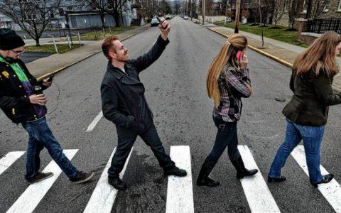 استفاده از گوشی هنگام عبور از خیابان برای عابران پیاده شهر هونولولو جریمه نقدی به همراه دارد!